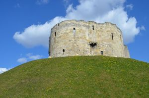 1280px-Cliffords_Tower_York_UK